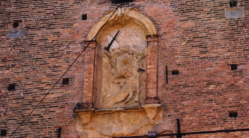 Torre Asinelli, bassorilievo San Michele Arcangelo @torridibologna