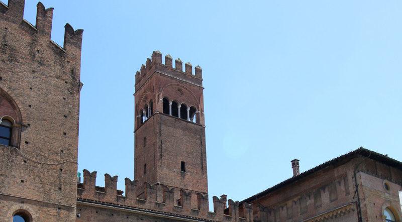 """I merli """"ghibellini"""" di palazzo Re Enzo. Sullo sfondo il campanile dell'Arengo., Bologna. @torridibologna"""